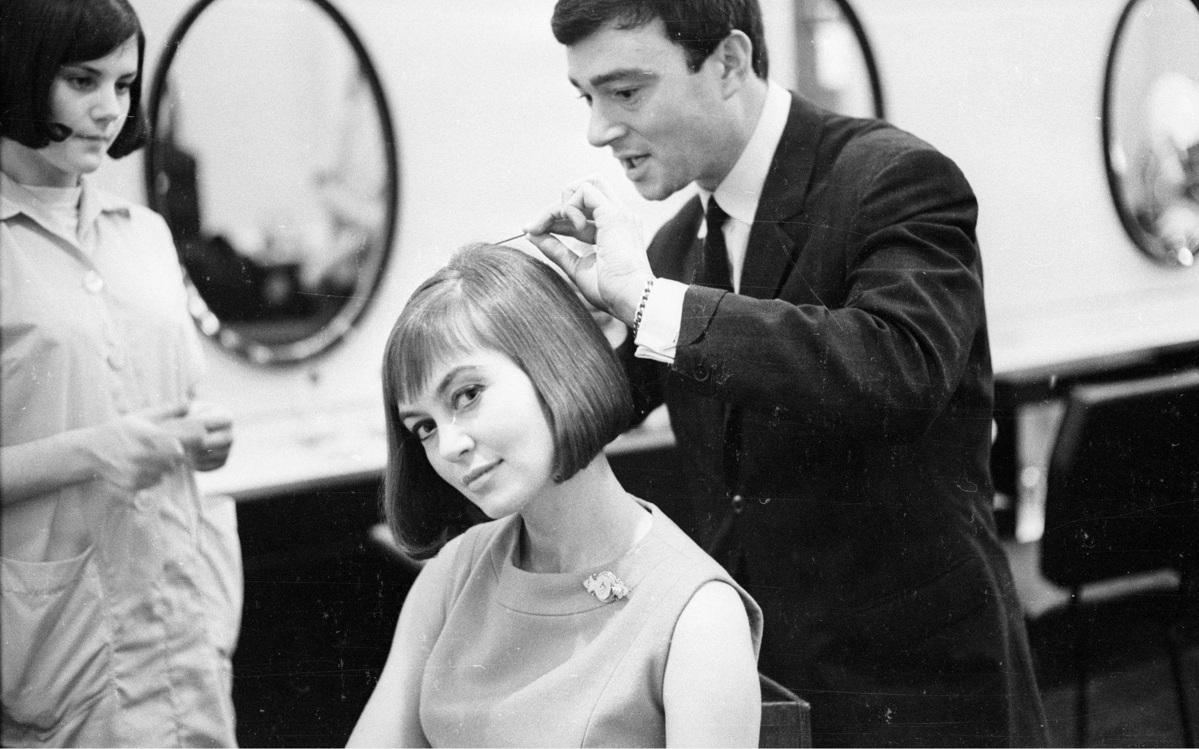 British hairdresser Vidal Sassoon creates a long bob with a soft fringe for actress Janette Scott. Credit: M. McKeown/Express/Getty Images