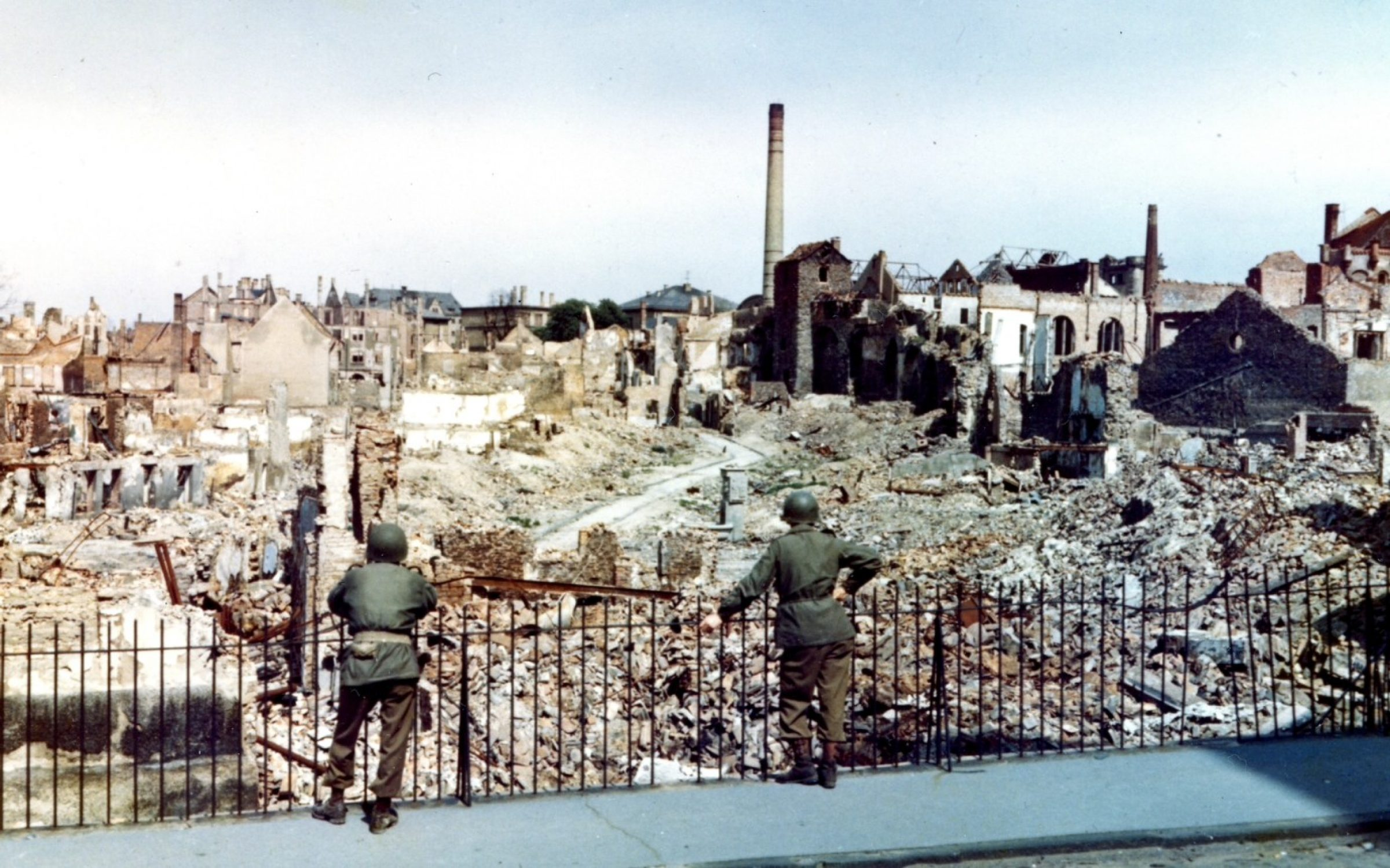 Two American soldiers survey the ruins of Darmstadt, a German city bombed by the British in 1944. Credit:  photo Quest / Getty Images.